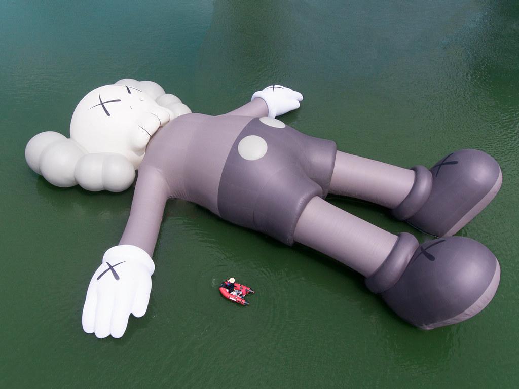 炎炎夏日,就讓COMPANION 陪你一起跳下水吧~《KAWS:HOLIDAY》巨型充氣雕塑公開,限定商品今日開賣!!
