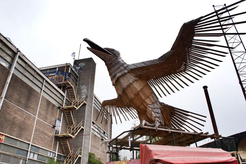 Superbe oiseau en bois dans le squat ADM à Amsterdam.