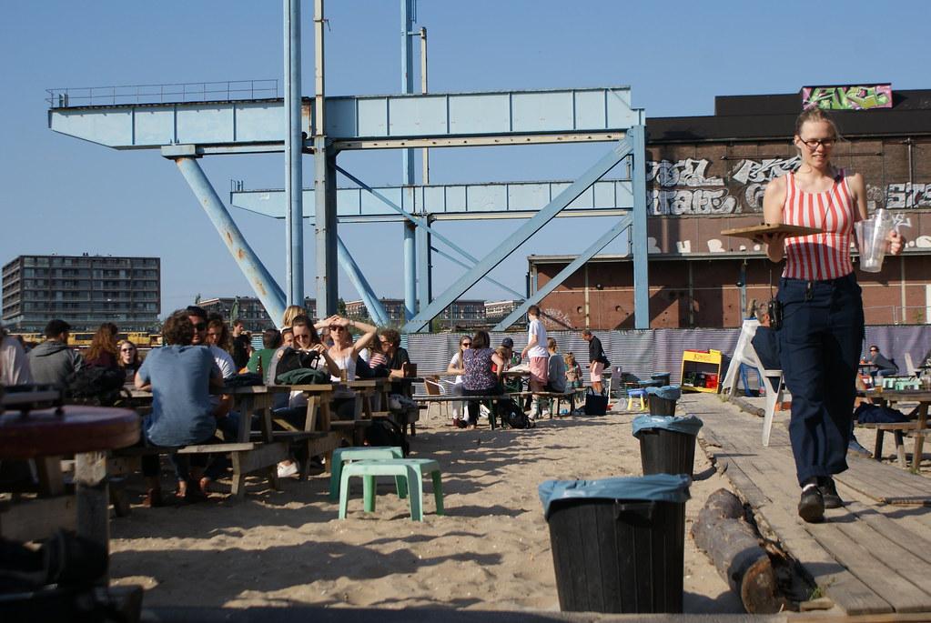 En terrasse à café Roest à Amsterdam.