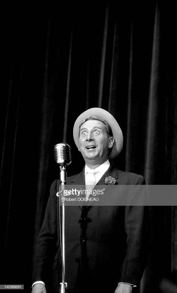 1955. Шарль Трене, поющий на сцене в Бобино 26 сентября в Париже