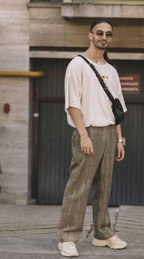 アイボリーTシャツ×グレー柄パンツ×アイボリースニーカー