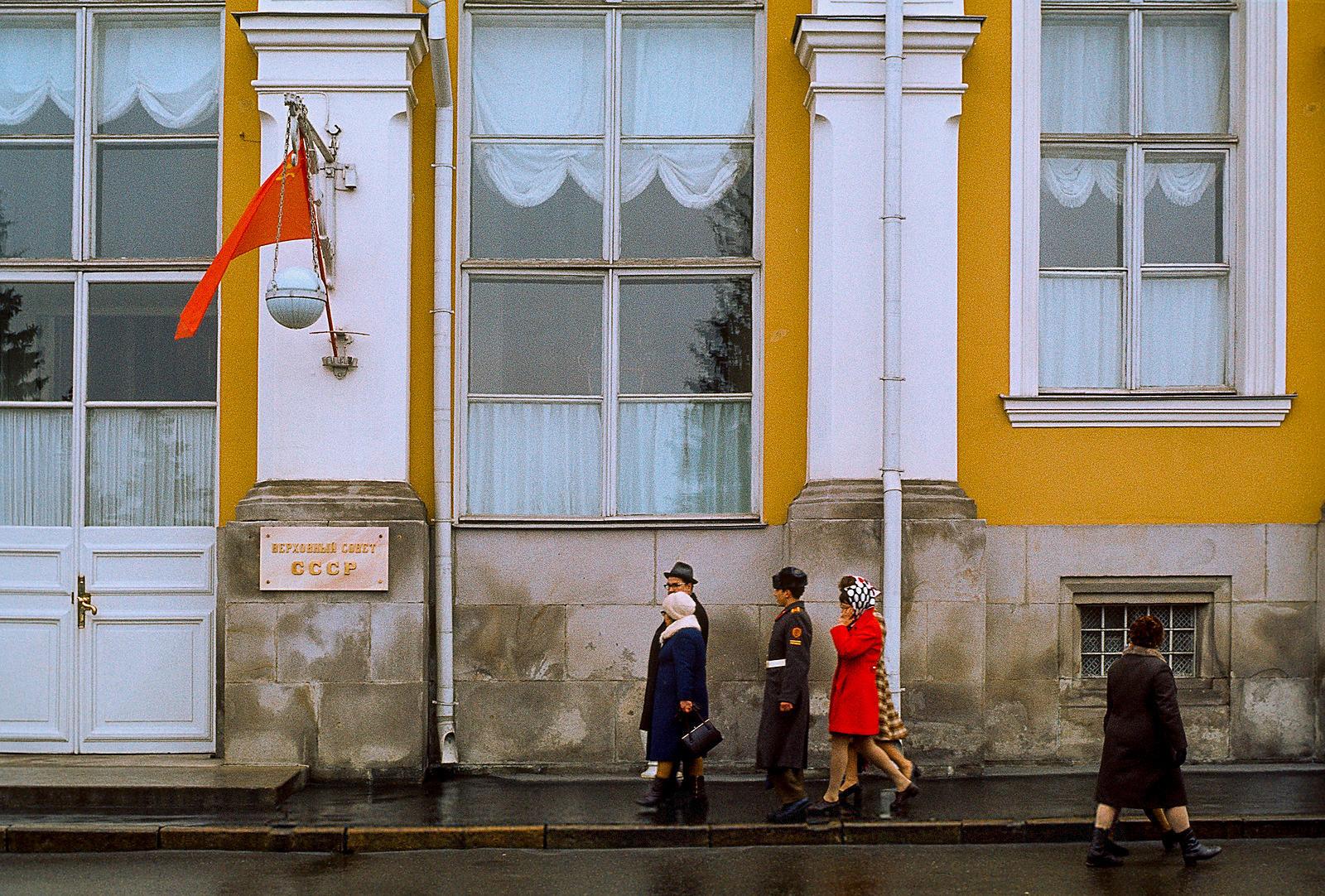 У Большого Кремлевского дворца