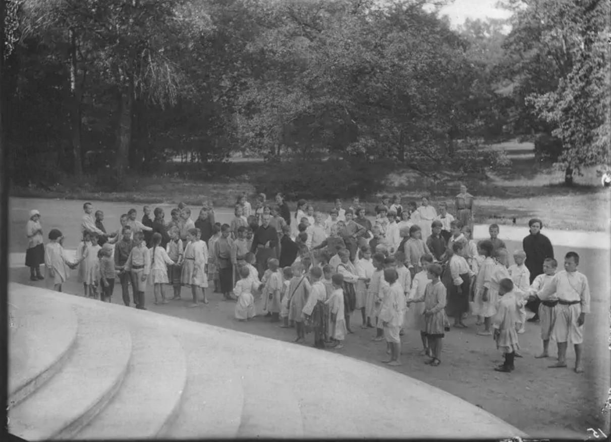 1921. Трудовая детская колония в бывшем Царском селе под руководством Луначарской