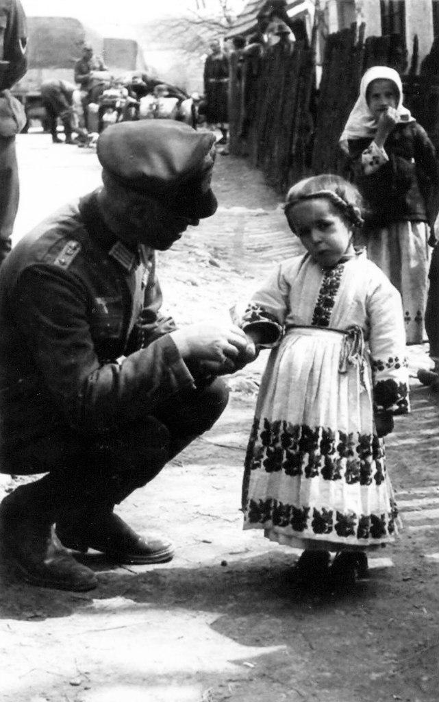 Немецкий офицер с маленькой девочкой в украинском селе