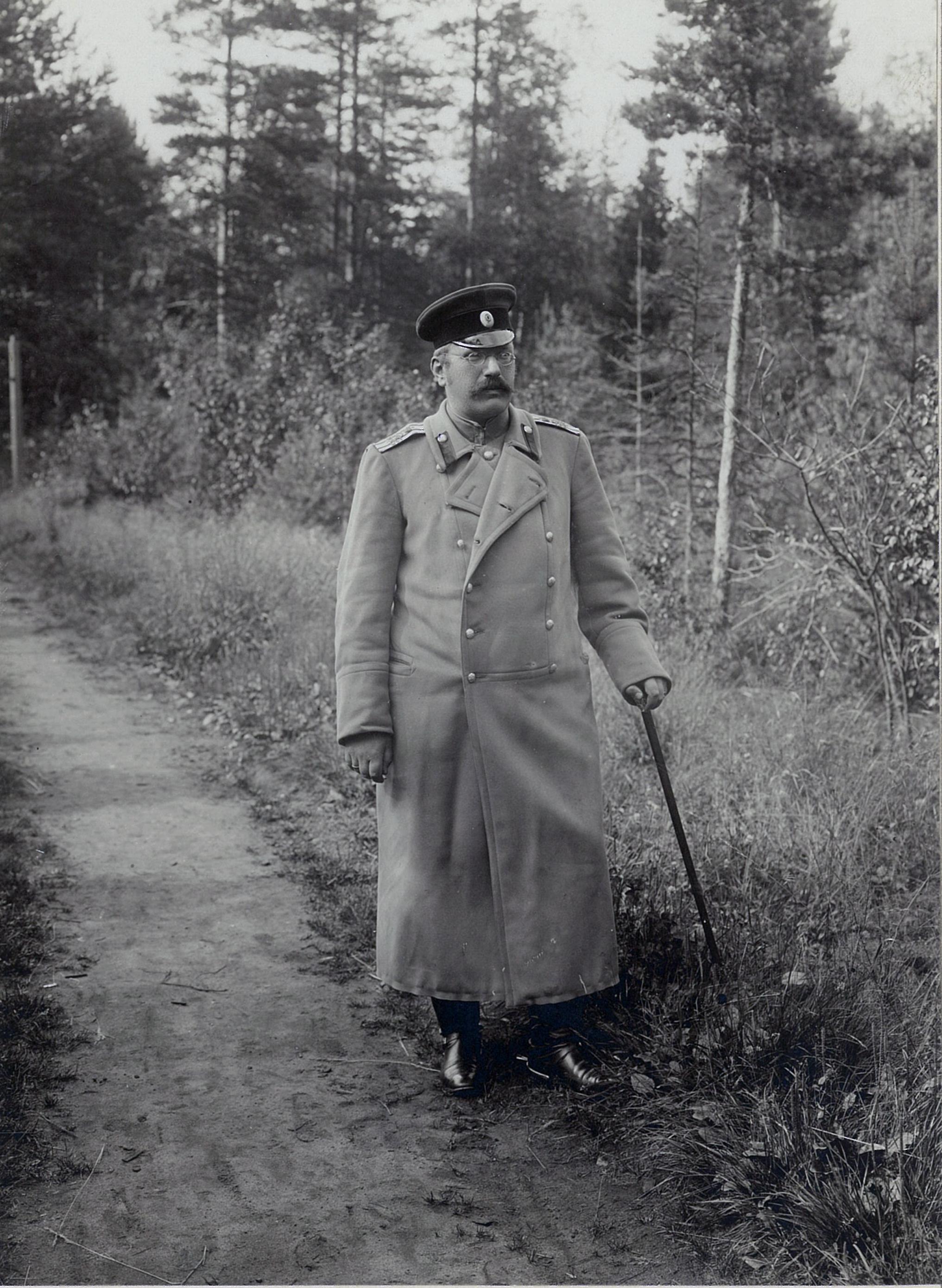 В.П. Всеволожский в военной форме на дорожке парка в Рябово,
