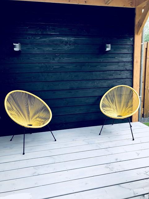 Gele stoeltjes veranda