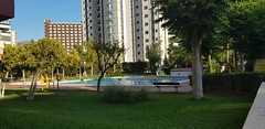 urbanización provista de grandes zonas verdes, con jardines, piscinas, y pistas de tenis.  Solicite más información a su inmobiliaria de confianza en Benidorm  www.inmobiliariabenidorm.com