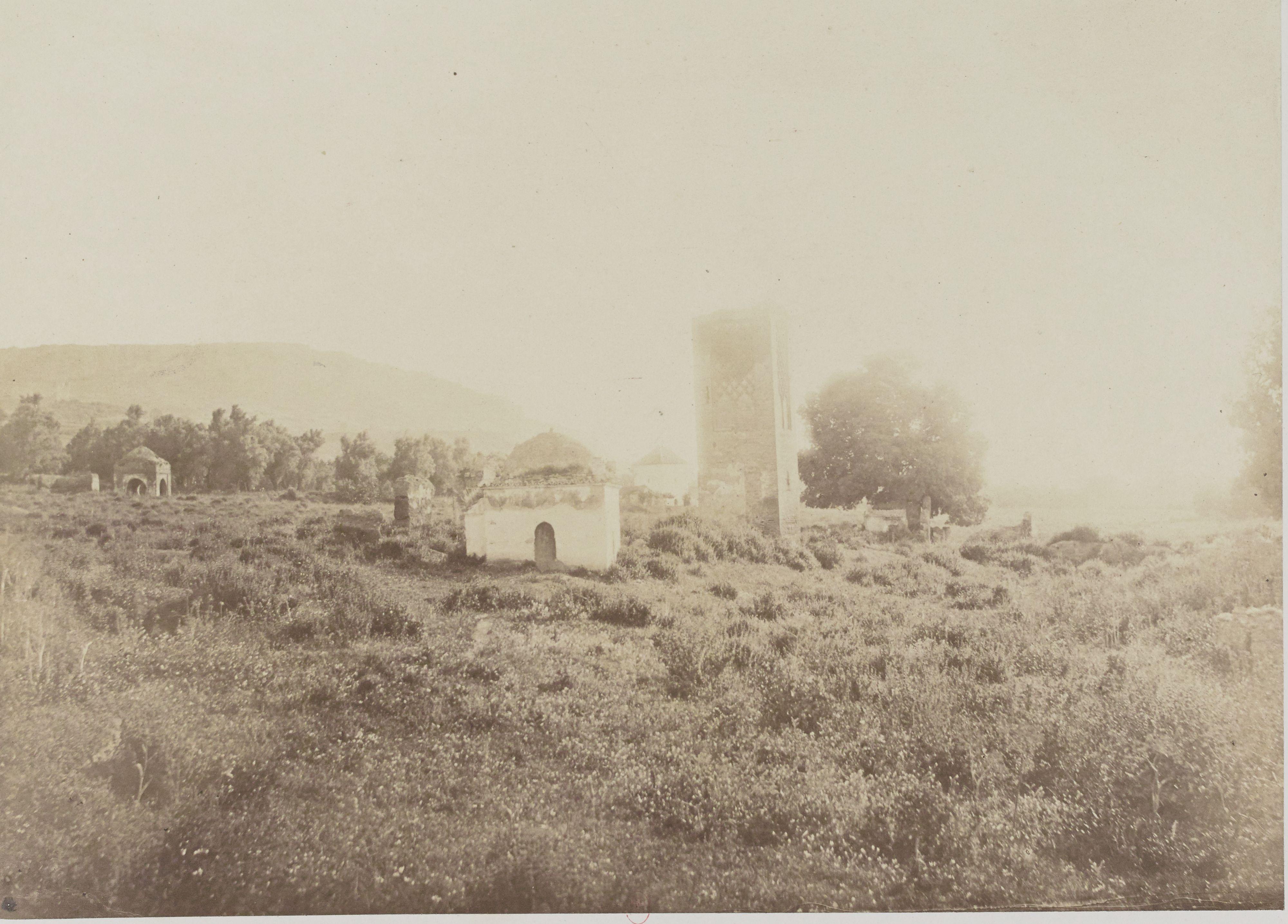 Развалины минарета и нескольких гробниц возле священной деревни Бумедин (близ Тлемсена)