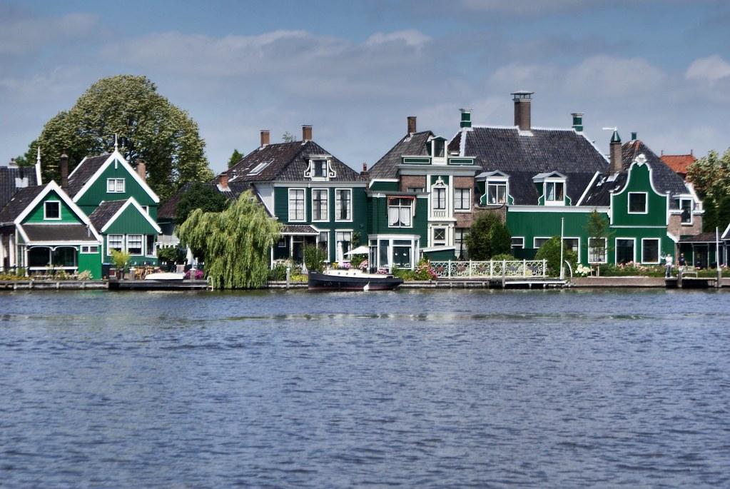 La peinture verte étaient la moins chère à produire au 17e (?), aussi les maisons sont vertes.