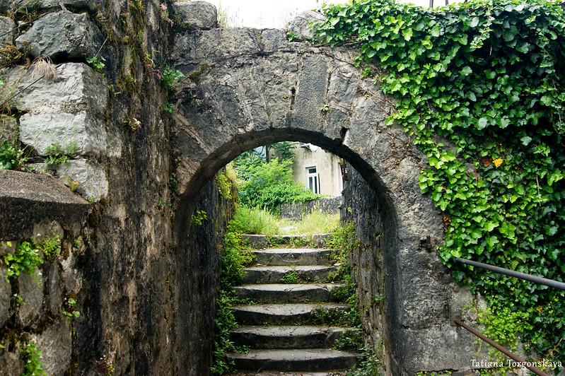 Арочный проход на верхнем уровне городских стен