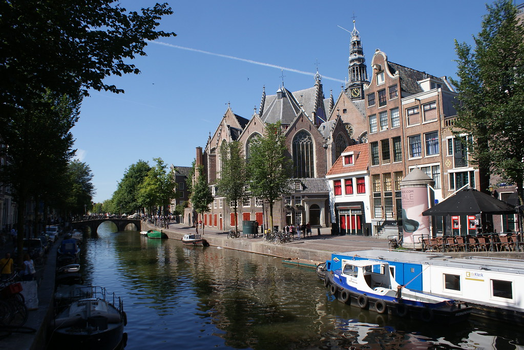 L'une des plus belles églises d'Amsterdam : Oudekerk en plein coeur du quartier rouge.