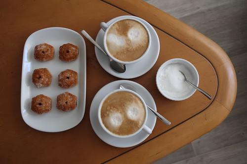 Mit Schokocreme gefüllte Blätterteighäppchen (= Bocconcini) zum Cappuccino
