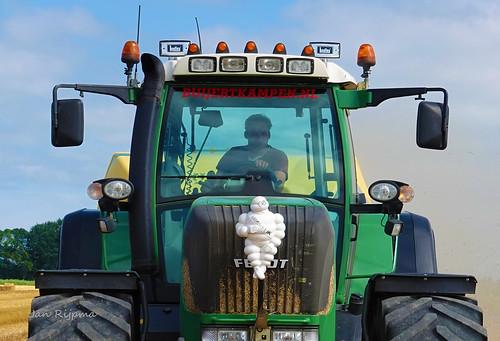 (Spike) Edwin van der Stouwe van Loonbedrijf Buijert Kampen stropersen met een Fendt Vario 924 en een Krone Big Pack 1270XC bij Martin ten Cate Swifterbant.