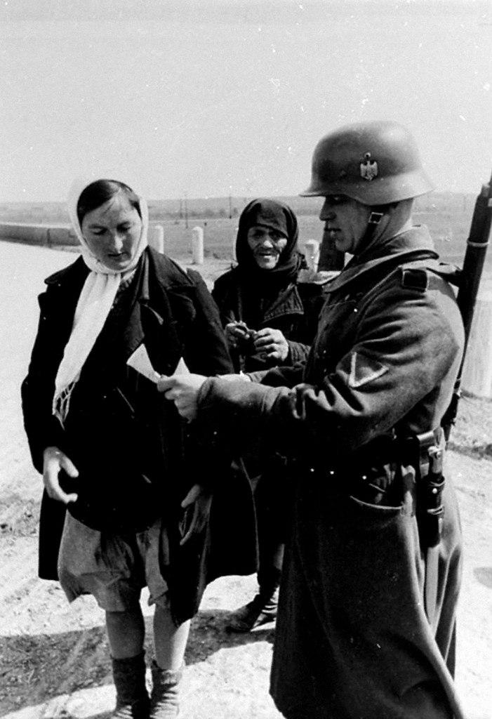 1942. Проверка документов у советских мирных жителей на немецком блок-посту на дороге. Украина,