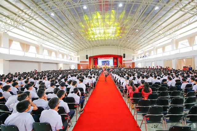 Toàn cảnh lễ khai giảng trong nhà thi đấu Trường Hoàng Việt