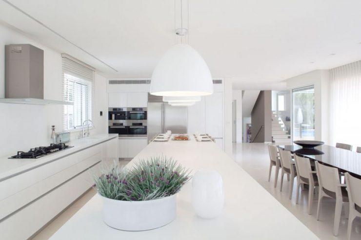 просторная кухня в минималистичном стиле