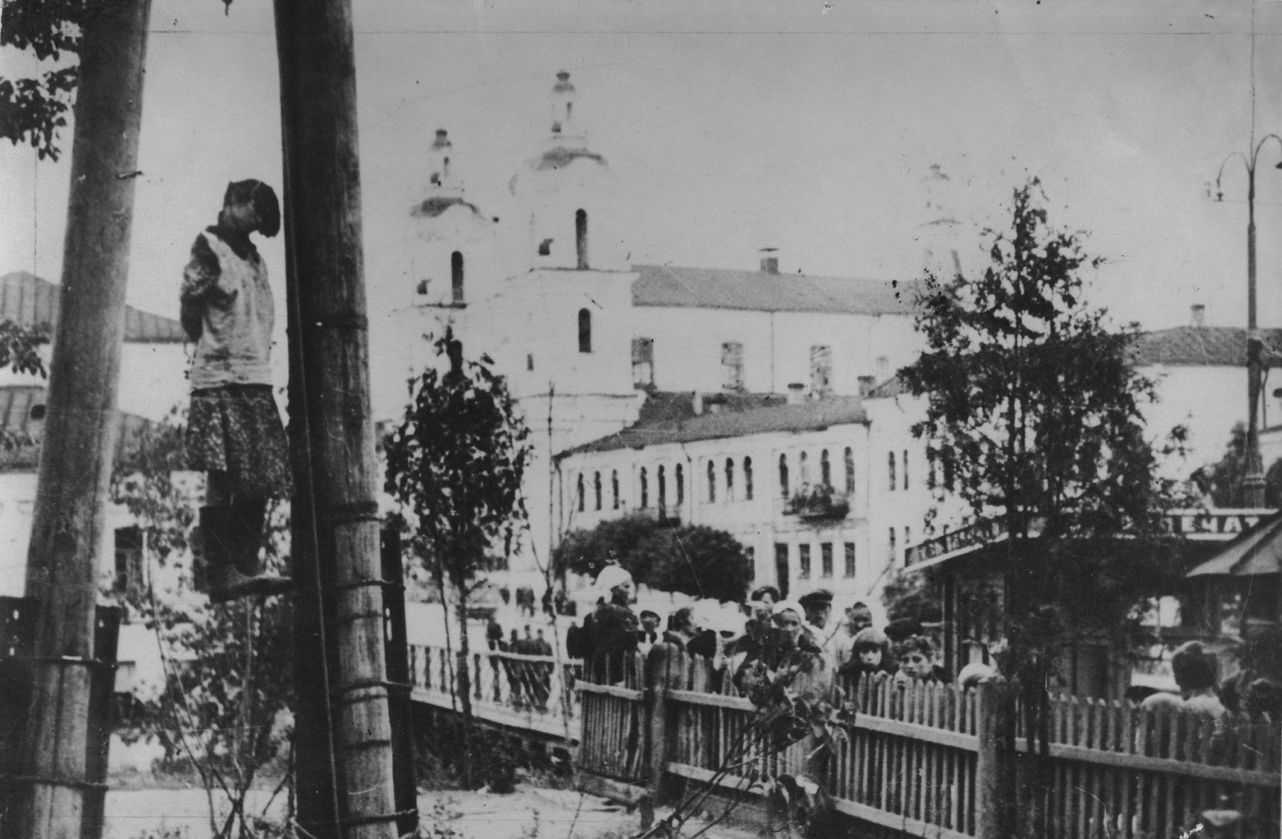 1941. Публично казненная еврейка Доба Гоз возле Художественной школы в оккупированном Витебске