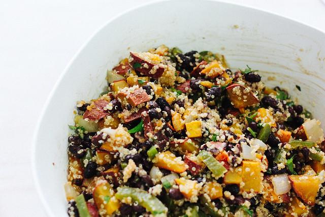 salada de quinoa com batata doce e feijão preto