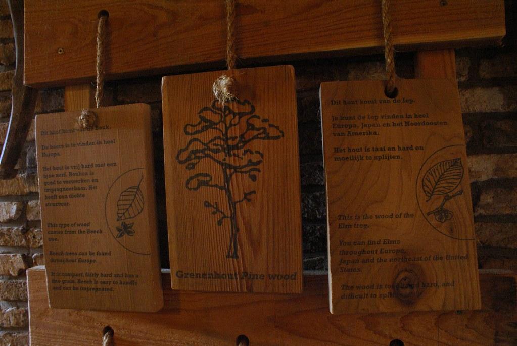 Présentation, description et exemple d'utilisation des bois au musée du moulin-scierie à Zaanse Schans.
