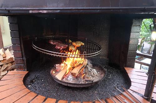 Unsere Spießbraten vom Entrecôte und Feuerkartoffeln (noch auf Schwenkgrill)