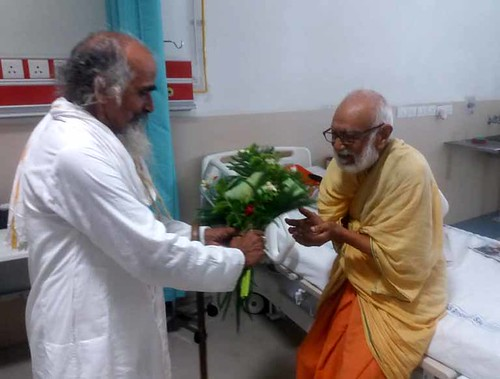 स्वामी सानंद को जन्मदिन की बधाई देते हुए स्वामी शिवानंद जी महाराज
