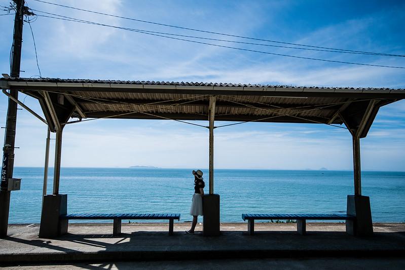 下灘駅に立つ女性