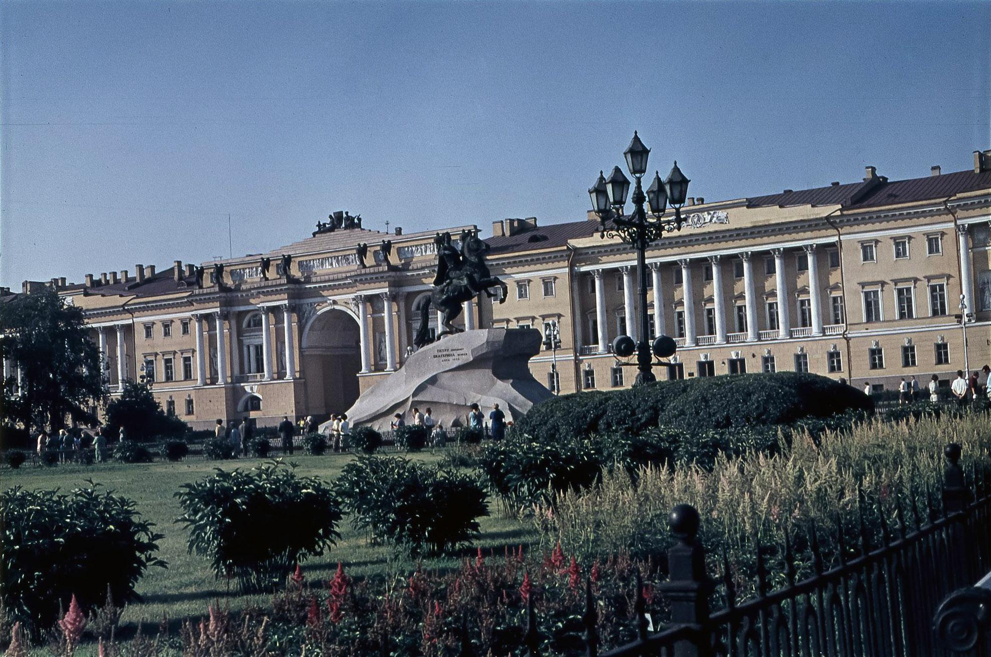 Ленинград.  Медный всадник на фоне здания Сената и Синода
