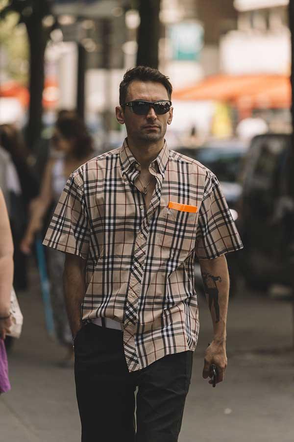 バーバリーチェック半袖シャツ×黒パンツ