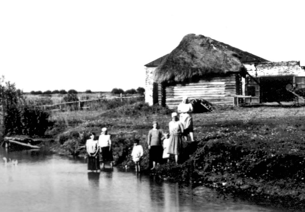 Старый амбар на берегу Барского пруда. Фотография В.Г. Чудинова. 1938 г.