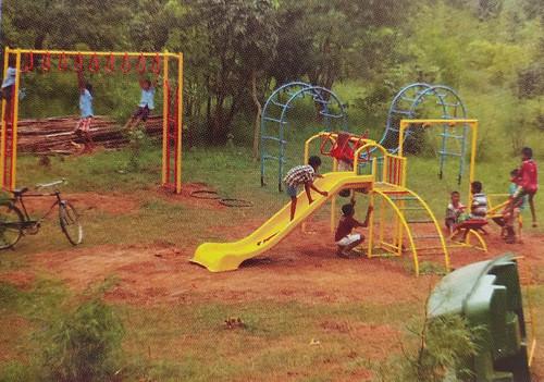 मधेश्वर नेचरपार्क में खेलते बच्चे