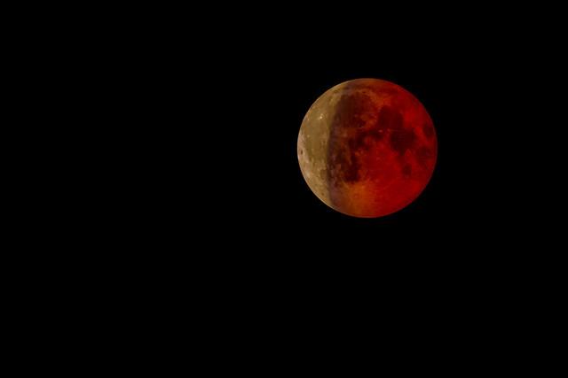 Roter Mond, Olympus E-M10, Lumix G Vario 100-300mm F4.0-5.6 Mega OIS