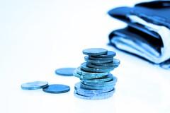 Kleingeld vor Portmonee - nah - blau