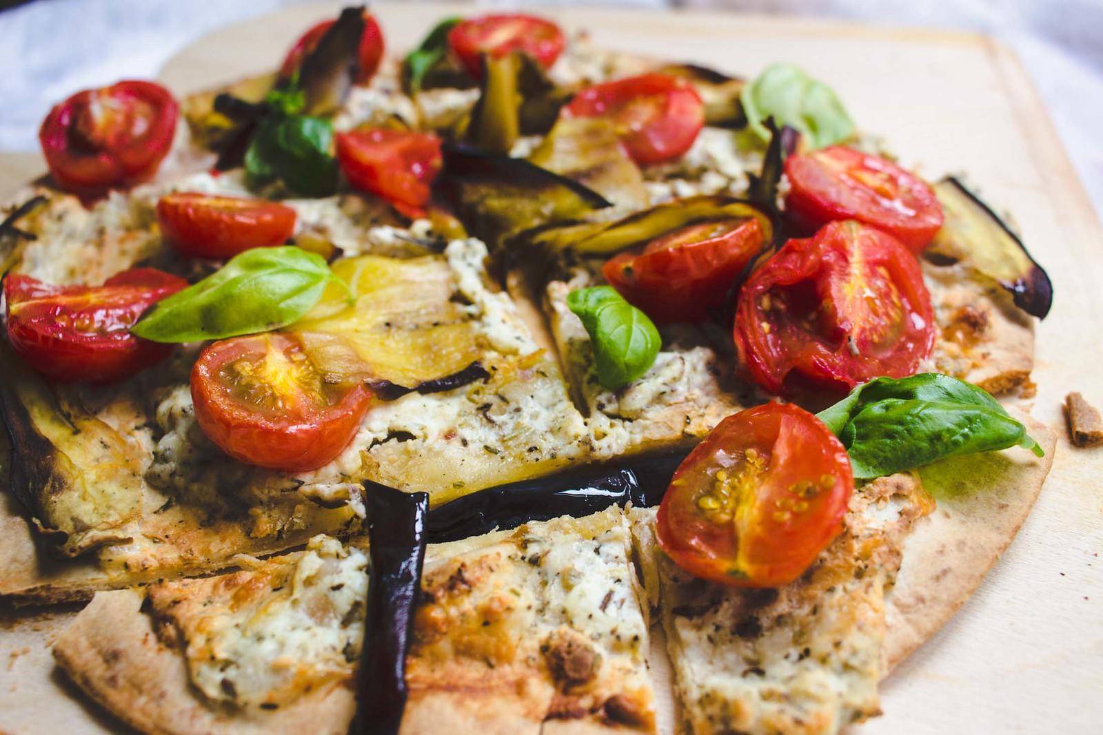 geschummelter flammkuchen mit melanzani + tomaten