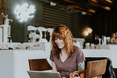 woman entrepreneur smiling credit to https://1dayreview.com