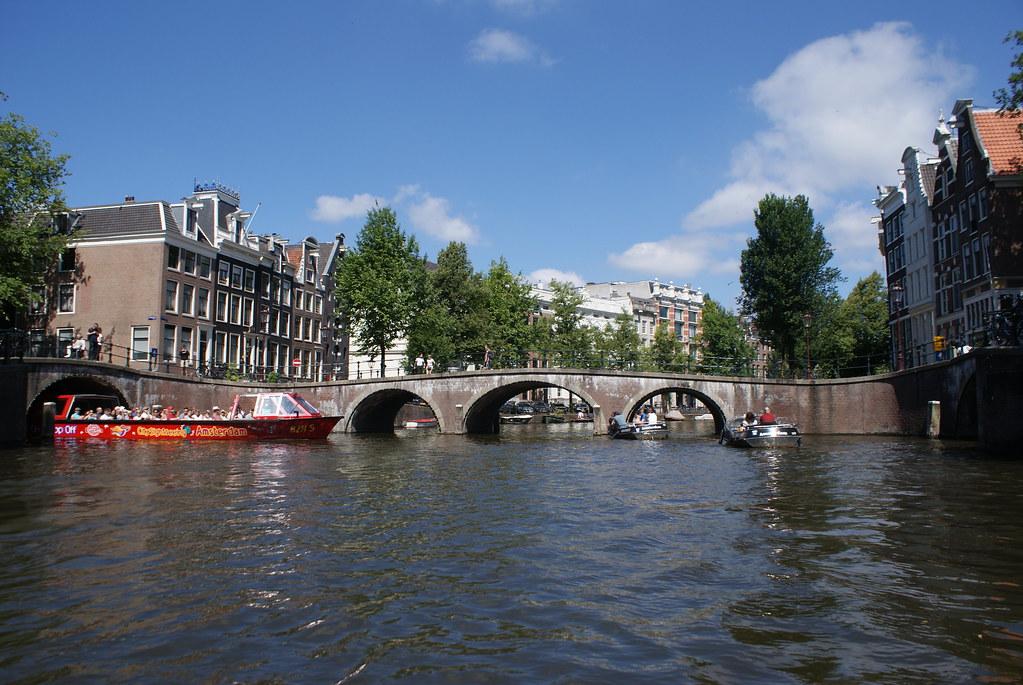Les canaux d'Amsterdam sont un spectacle permanent.