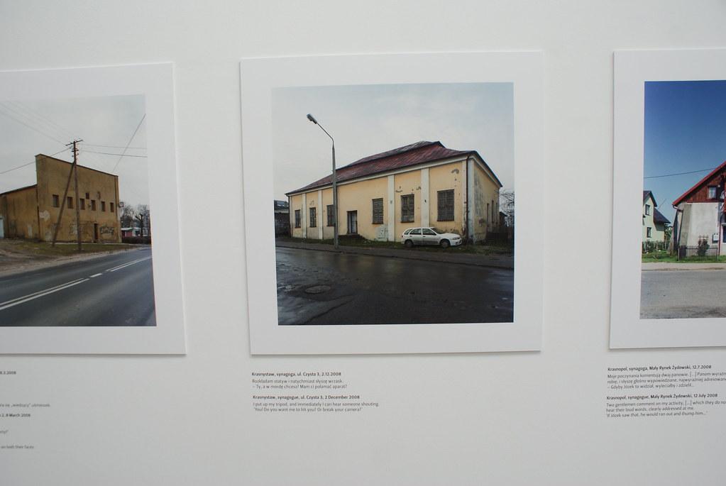 Photo de synagogue transformé après guerre en entrepôt, magasin ou habitation avec les commentaires des personnes croisés par le photographe. Dérangeant de vulgarité et stupidité. Mocak de Cracovie.