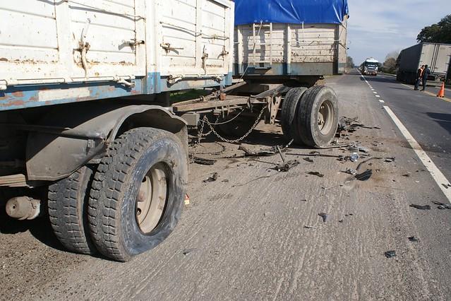 Choque entre camión y automóvil en ruta 205 km. 108