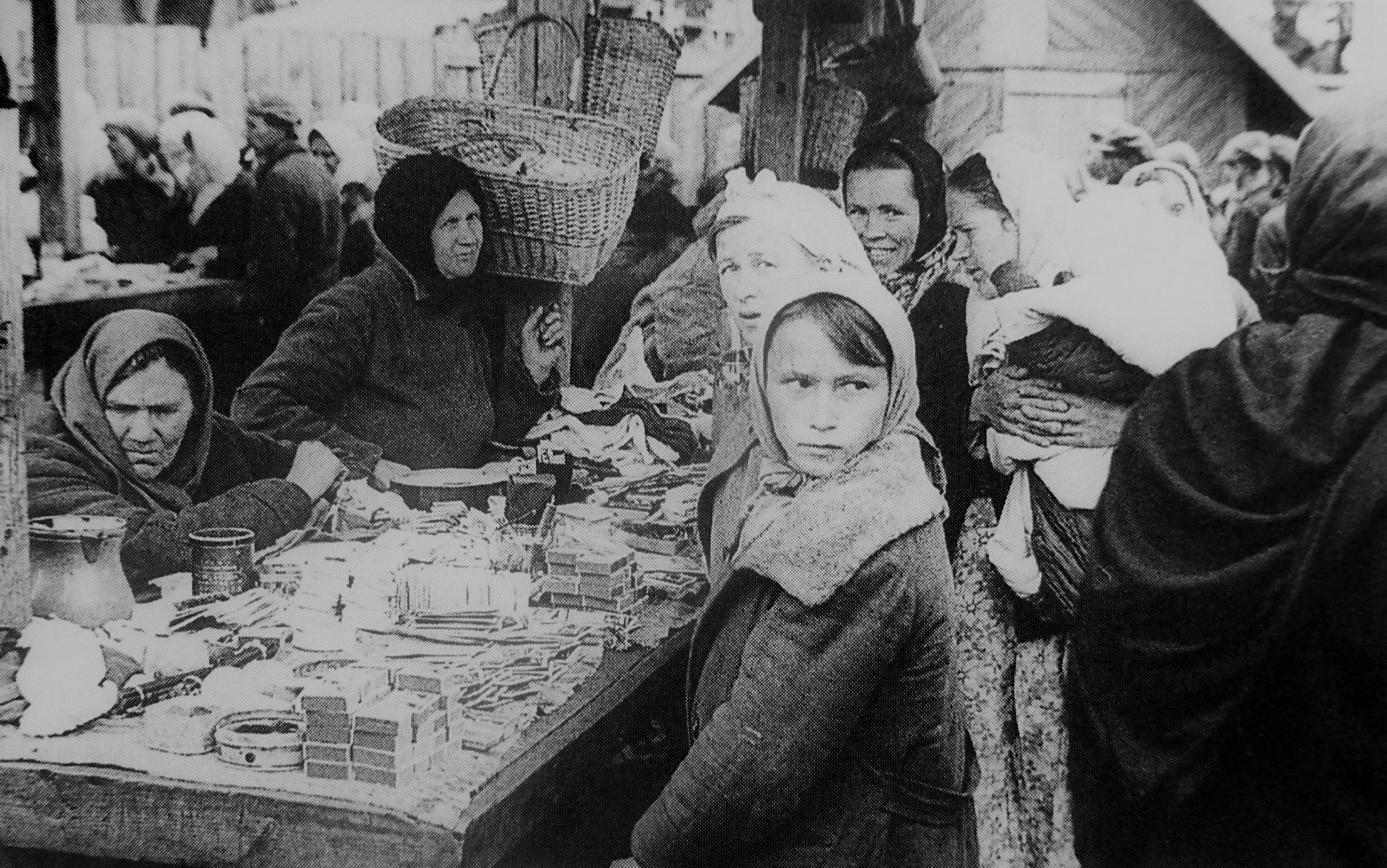 1942. Женщины у лотка на рынке в оккупированном Борисове