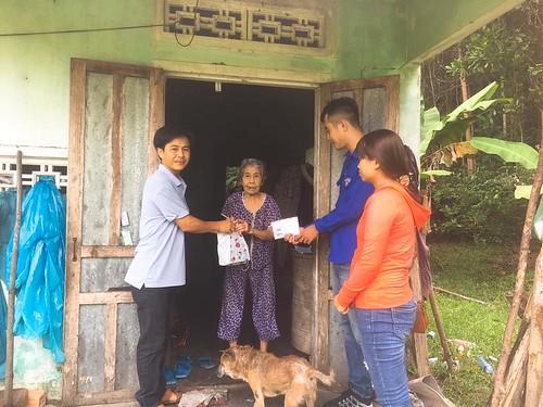 Tuổi trẻ Tam Đại tặng quà cho người nghèo