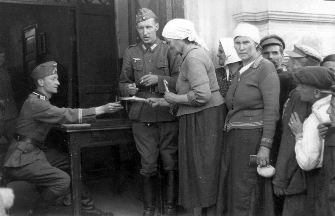1941. Местные жители на регистрации в оккупированном Могилеве
