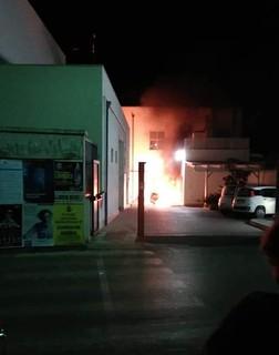 L'auto in fiamme all'ingresso del pronto soccorso