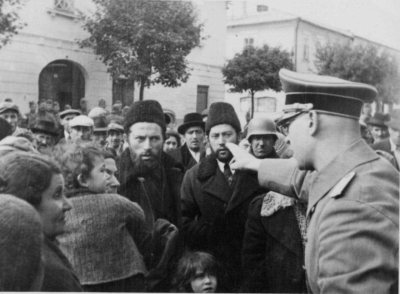 1941. Немецкий офицер говорит что-то собравшимся местным жителям-евреям. Западная Украина