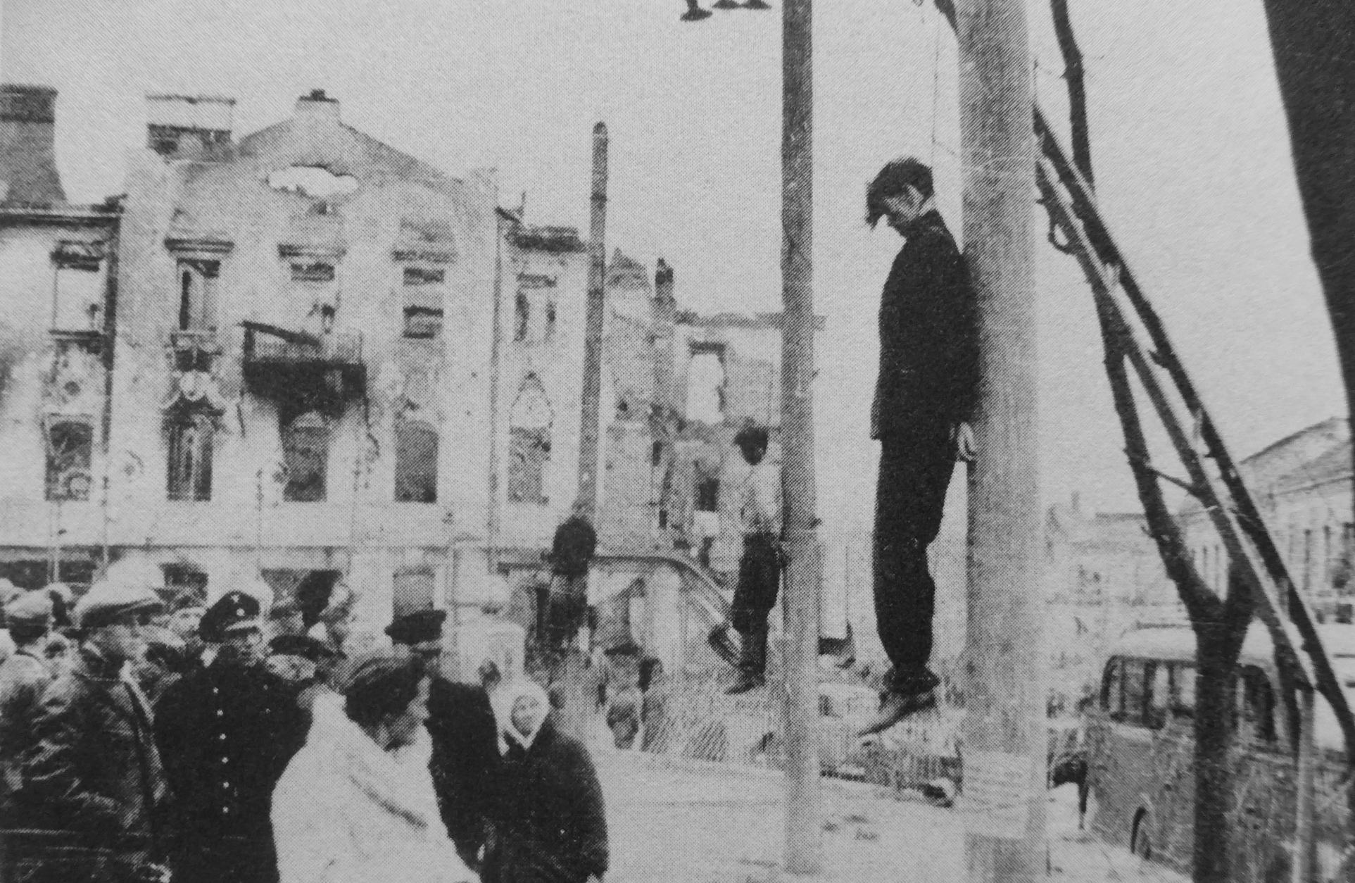 1942. Люди, повешенные на столбах на улице Минска
