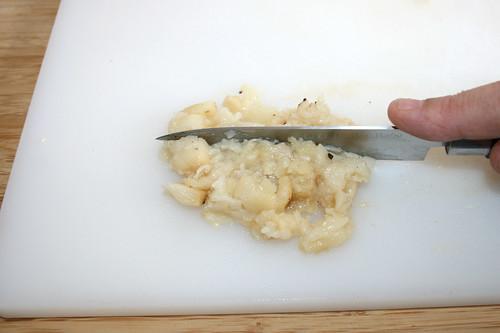 28 - Gerösteten Knoblauch zerkleinern / Hackle roasted garlic