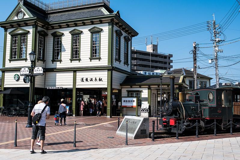 道後温泉駅に停まる坊っちゃん列車