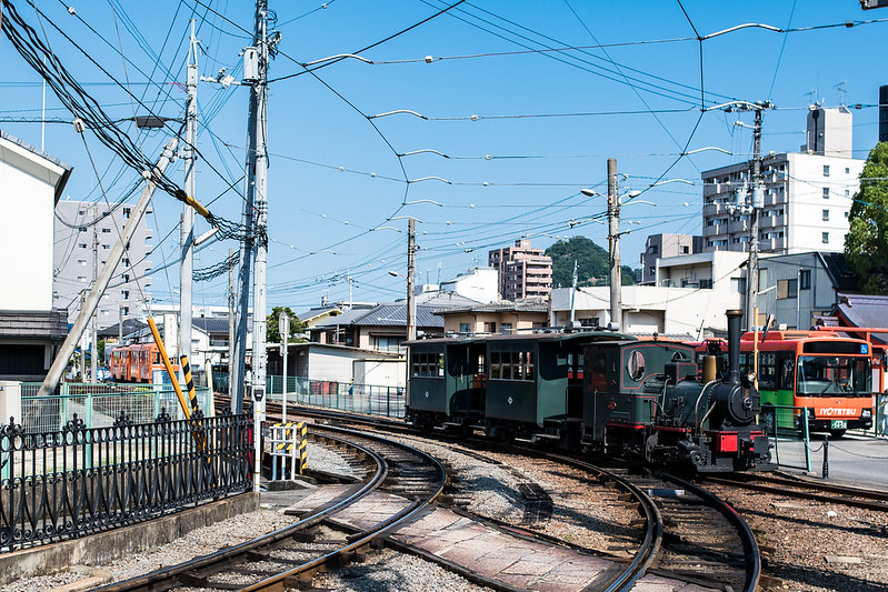道後温泉駅でスイッチバックする坊っちゃん列車