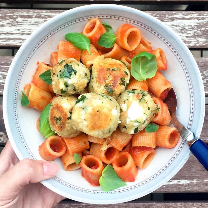 Vegetarisk sommarmat feta- och örtbollar