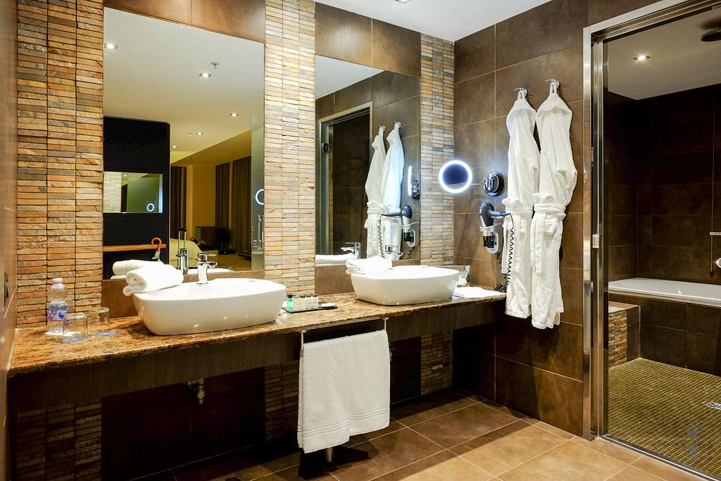 Double vanities at the open bathroom