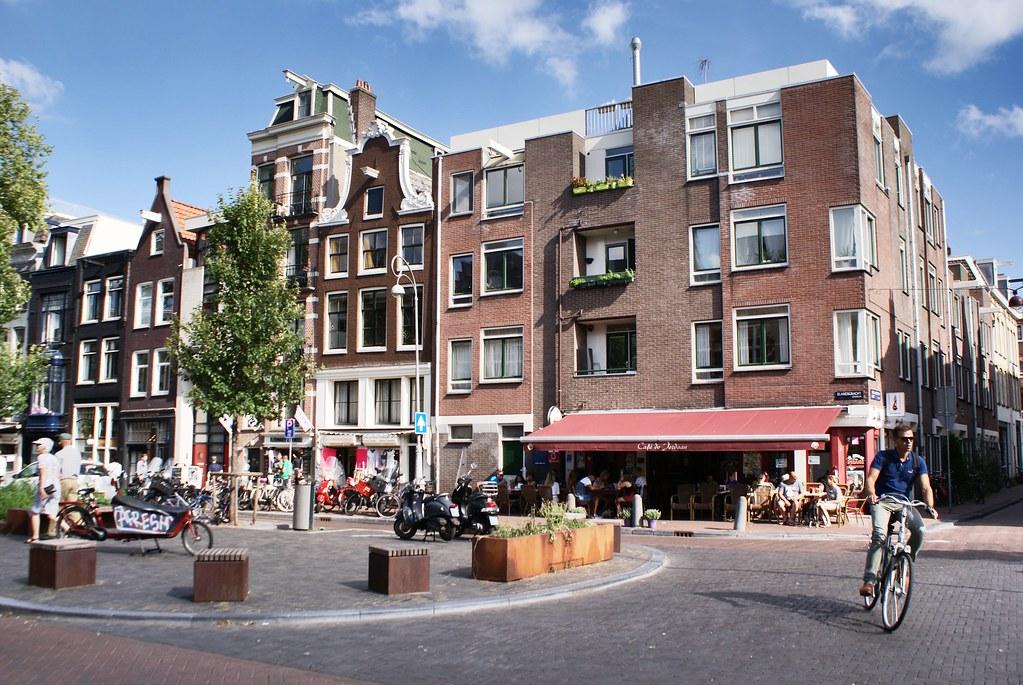 Ancien canal devenu une place agréable : Elandsgracht dans le Jordaan à Amsterdam.