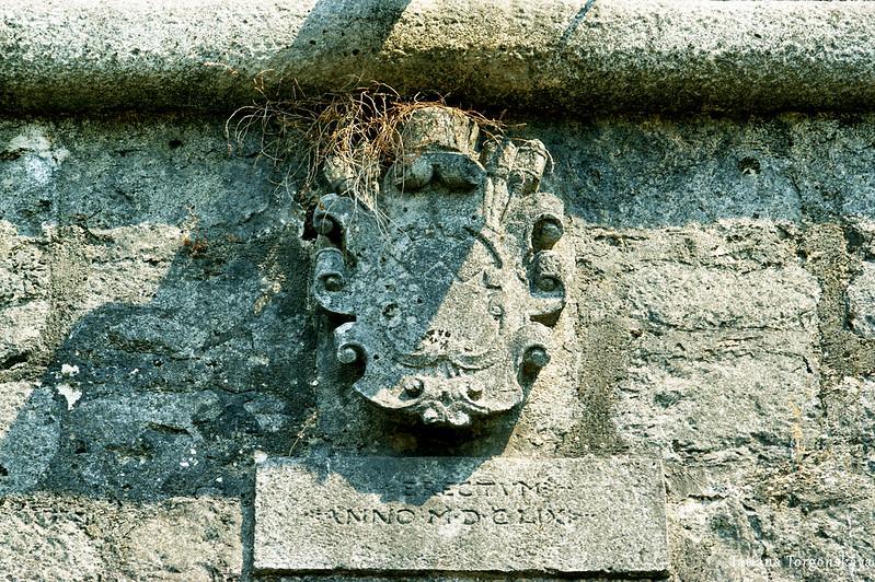 Герб на городской стене